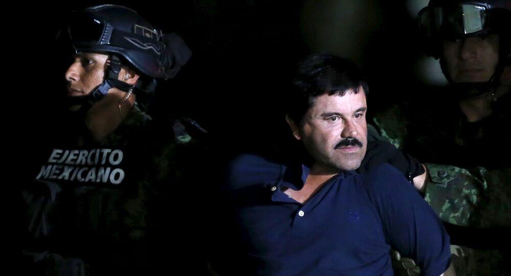 Le baron de drogue recapturé Joaquin «El Chapo» Guzman est escorté par des soldats lors d'une présentation à Mexico, le 8 Janvier, 2016