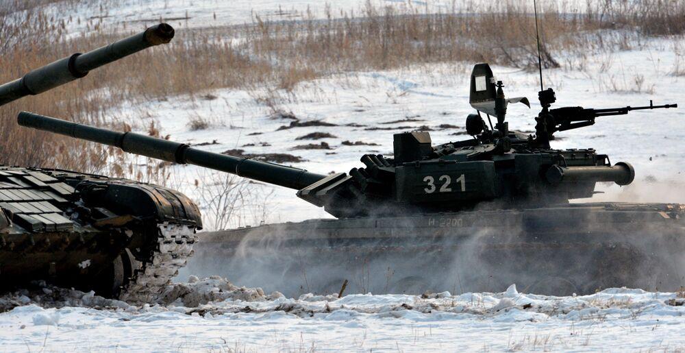 «Le biathlon de chars de combat» et «Suvorovski natisk» sur le polygone dans le Primorié