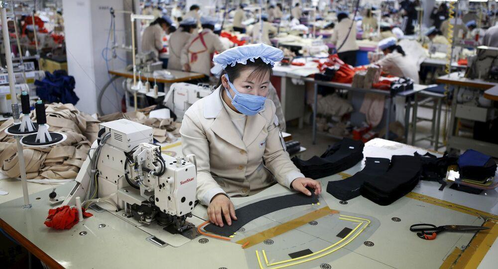 Employée nord-coréen travaille dans une usine, zone industrielle inter-coréenne de Kaesong. Archive photo
