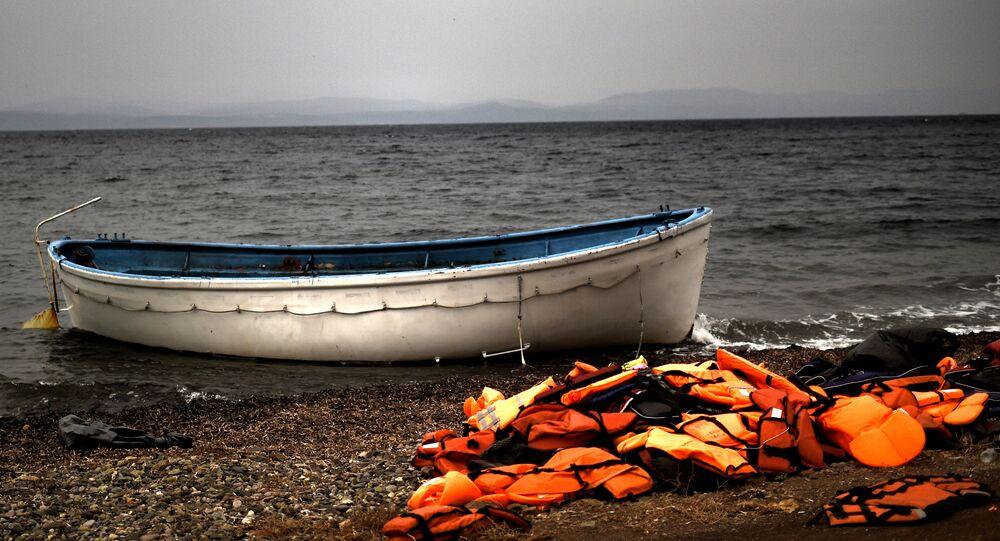 Des gilets de sauvetage jonchent les côtes de Lesbos.