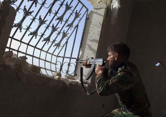 Combattant. Base aérienne et la ville de Minnigh dans la province d'Alep. Archive photo