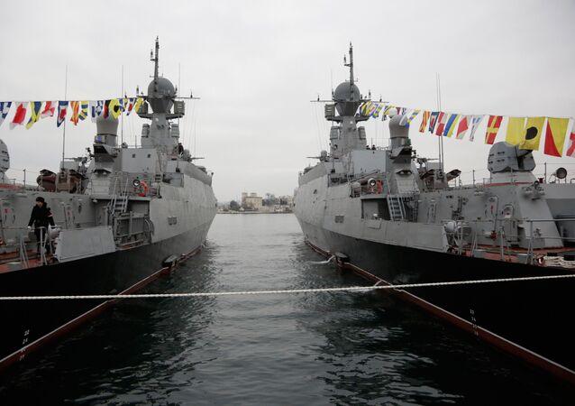 Les navires lance-missiles russes Zeleny Dol (à gauche) et Serpoukhov