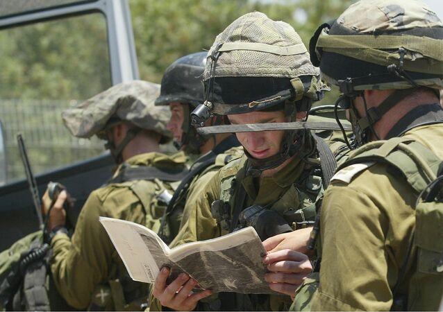 Photo d'illustration. Des soldats israéliens scrutent une carte.