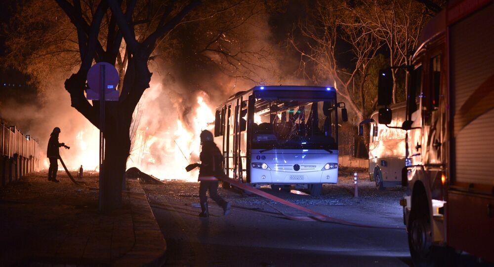 Les pompiers tentent d'éteindre le feu après causé par un explosion après une attaque qui a visé un convoi de véhicules de service militaire à Ankara