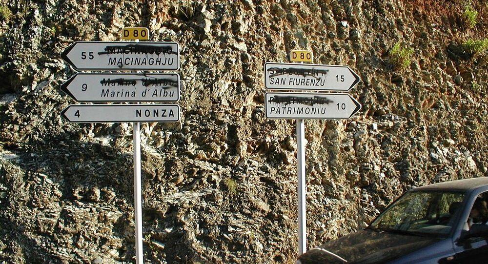 Corse. Panneaux de signalisation bilingues, avec les noms (IGN) rayés par les nationalistes locaux.