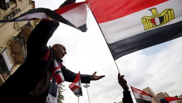 Les manifestants pro-gouvernementaux scandent des slogans tout en tenant le drapeau national lors de la cinquième anniversaire du soulèvement qui a mis fin règne de 30 ans de Hosni Moubarak au Caire, en Egypte, le 25 Janvier, 2016 - Sputnik France