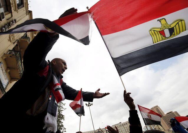 Les manifestants pro-gouvernementaux scandent des slogans tout en tenant le drapeau national lors de la cinquième anniversaire du soulèvement qui a mis fin règne de 30 ans de Hosni Moubarak au Caire, en Egypte, le 25 Janvier, 2016