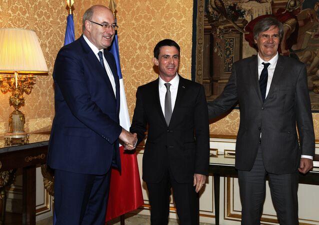 Le commissaire européen à l'Agriculture, Phil Hogan (G), le Premier ministre Manuel Valls Manuel Valls (C) et ministre français de l'Agriculture, Stéphane Le Foll (D), Paris, Feb. 25, 2016.