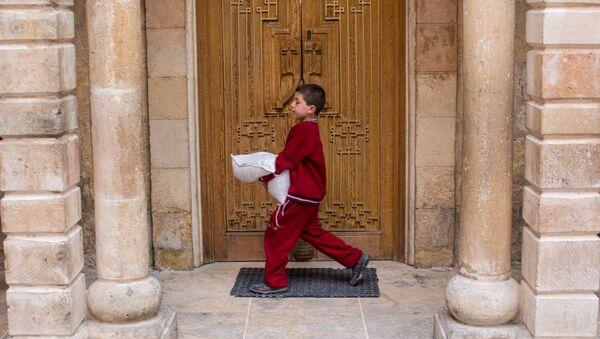 Un garçon avec un sac d'aide humanitaire - Sputnik France