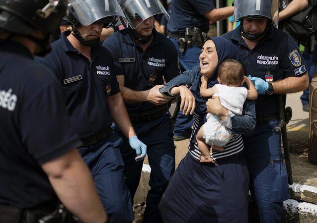 Famille de migrants arrêtée par la police locale, la frontière autrichienne. Archive photo