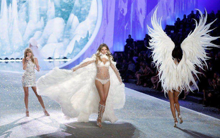Le spectacle a été ouvert par la top-modèle, Candice Swanepoel, portant un soutien-gorge d'or Royal Fantasy, incrusté de pierres précieuses, d'une valeur de 10 millions de dollars.