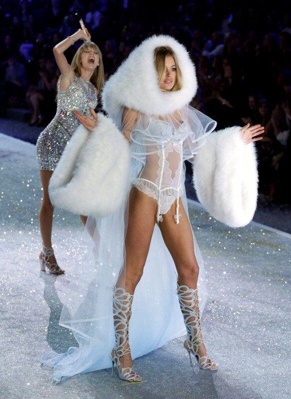 Les top-modèles de chez Victoria's Secret portant la collection « Anges des neiges ».