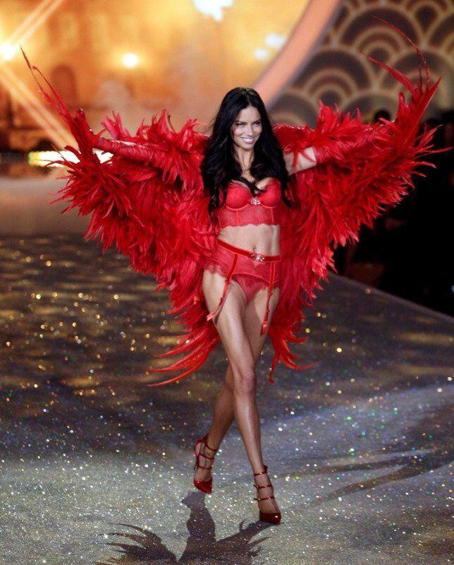 L'« Oiseau de Paradis », Jacquelyn Jablonski, lors du défilé Victoria's Secret 2013.
