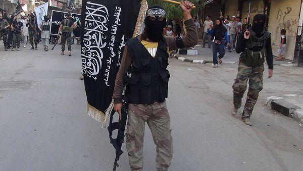 Des combattants du Front-al-Nosra brandissent leur drapeau en défilant dans un camp de réfugiés palestiniens au sud de Damas - Sputnik France