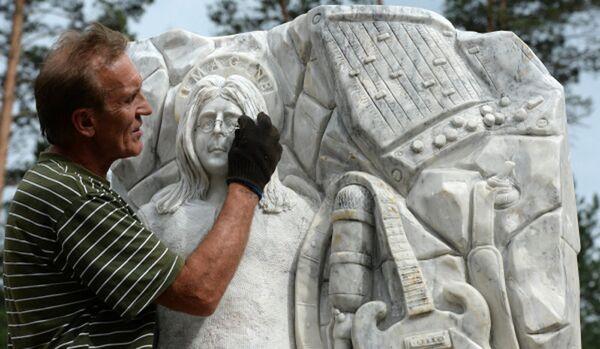 La première statue de John Lennon en marbre a été érigée dans l'Altaï - Sputnik France
