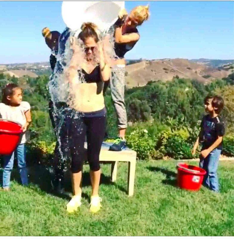 Des stars mondiales participent à une action caritative Ice Bucket Challenge dont le principe consiste à se verser un seau d'eau glacée sur la tête et à proposer de faire la même chose à trois autres personnes. Si la personne refuse le défi, elle doit verser 100 dollars à l'association ALS qui lutte contre la maladie de Charcot. Le 14 août Jennifer Lopez s'est versé un seau d'eau glacée sur la tête.