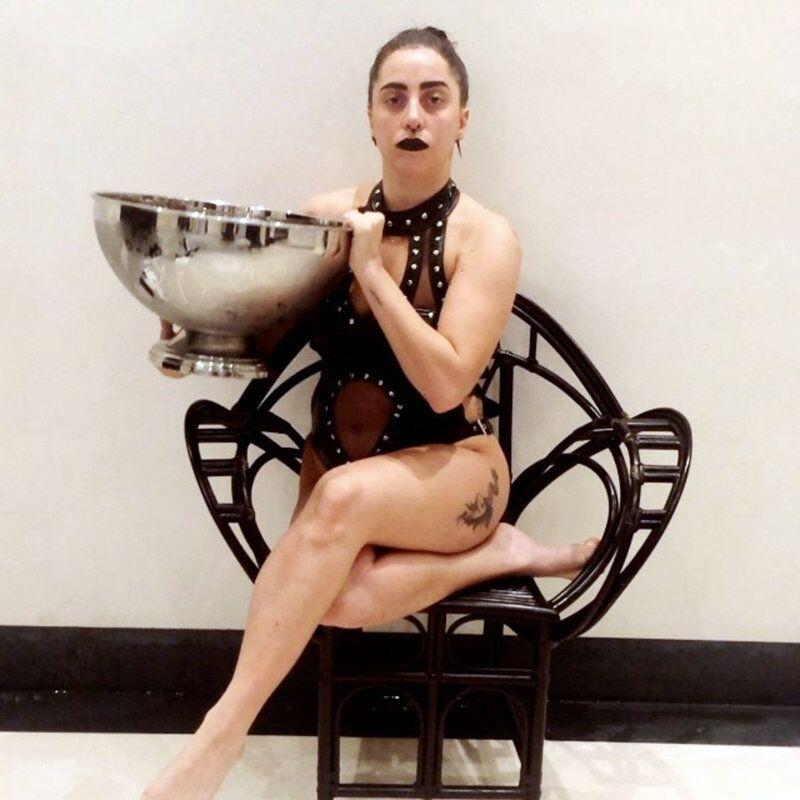 Lady Gaga s'est versée dessus une bassine d'eau en maillot de bain sur YouTube.