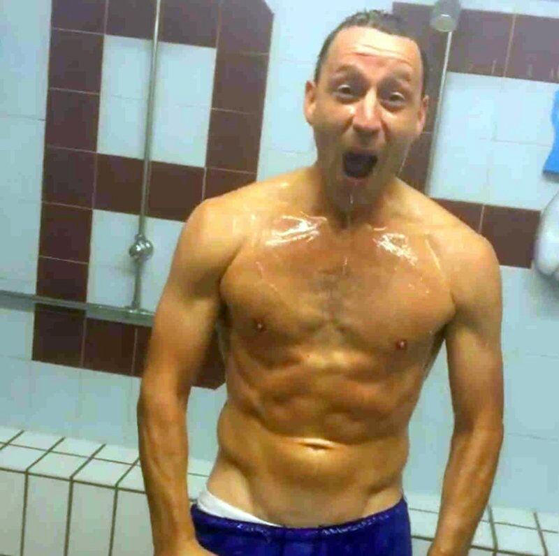Le footballeur anglais John Terry prend une douche glacée.