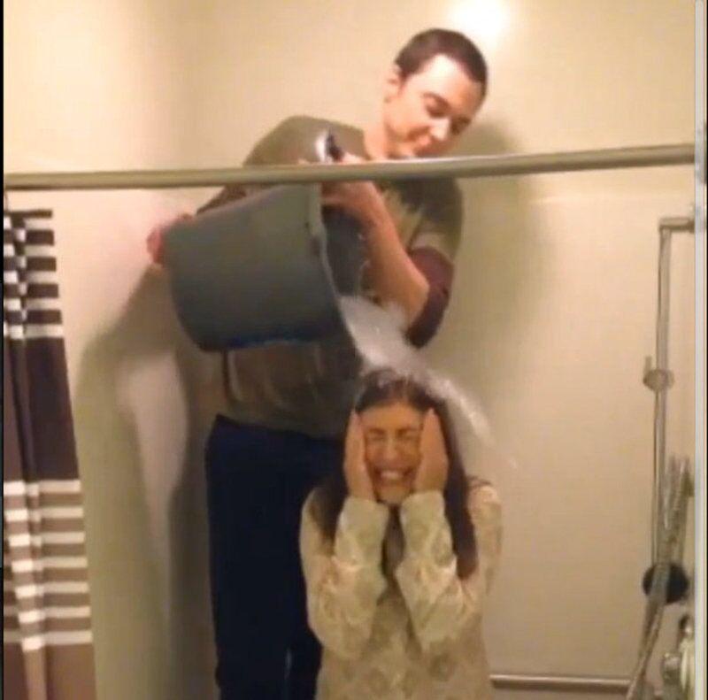 Jim Parsons et Mayim Bialik pendant le Ice Bucket Challenge.