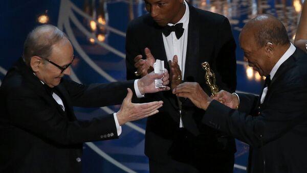 Le compositeur Ennio Morricone (L) reçoit l'Oscar pour la meilleure musique du film Les Huit Salopards - Sputnik France