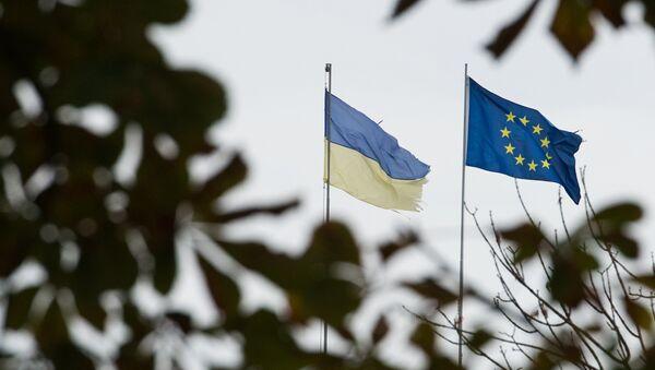 drapeau de l'UE et le drapeau de l'Ukraine - Sputnik France