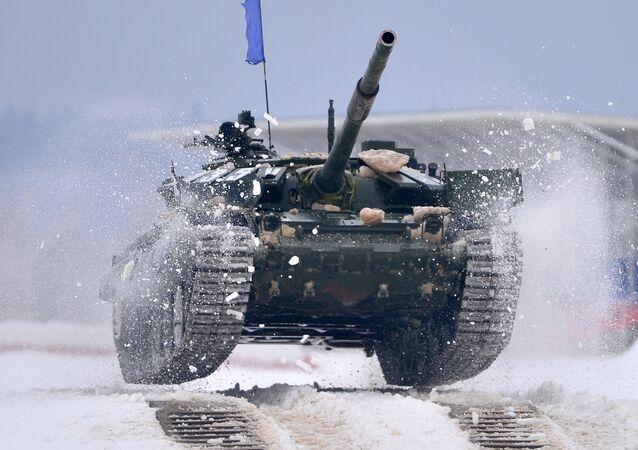 Le tour préliminaire du biathlon de chars des districts militaires ouest