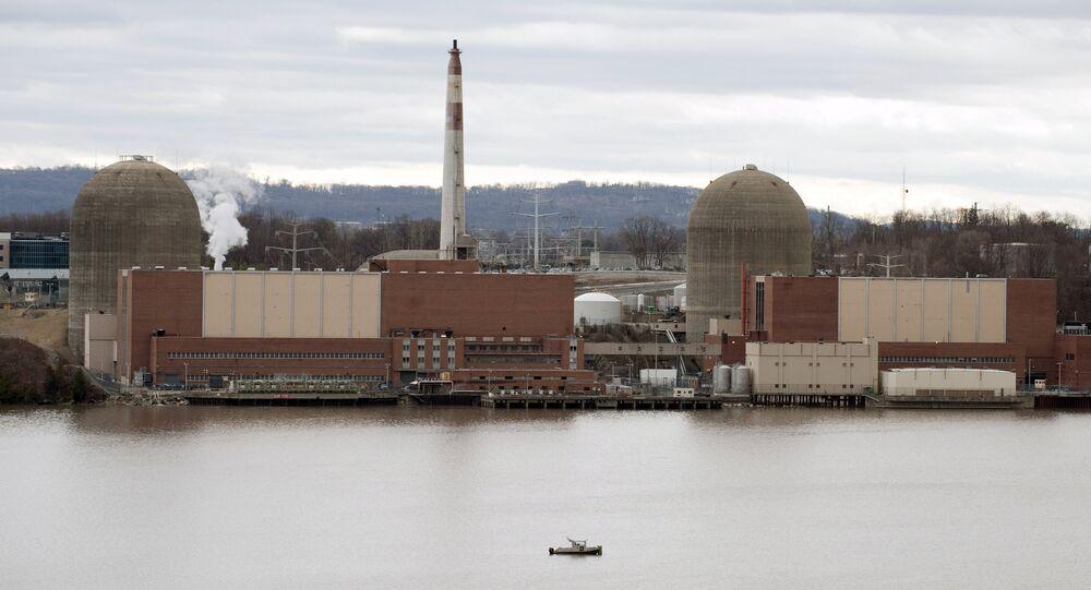 Un bateau de sécurité se trouve devant le centrale nucléaire, Indian Point, sur le fleuve Hudson à Buchanan, NY