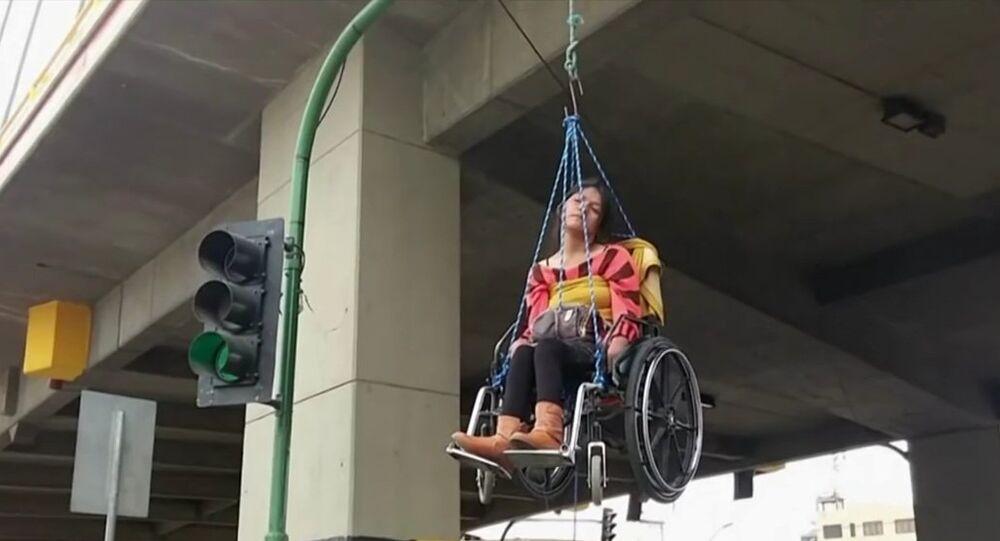 Protestation extrême en Bolivie: des handicapés se suspendent à un pont