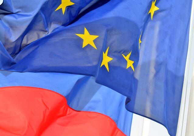 Drapeaux de l'Union européenne et de la Russie