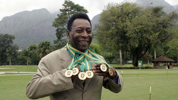 Brazilian football legend Edson Arantes do Nascimento, known as 'Pele', poses with his six Brazil's champion medals on December 22, 2010 during a ceremony in Rio de Janeiro, Brazil. - Sputnik France