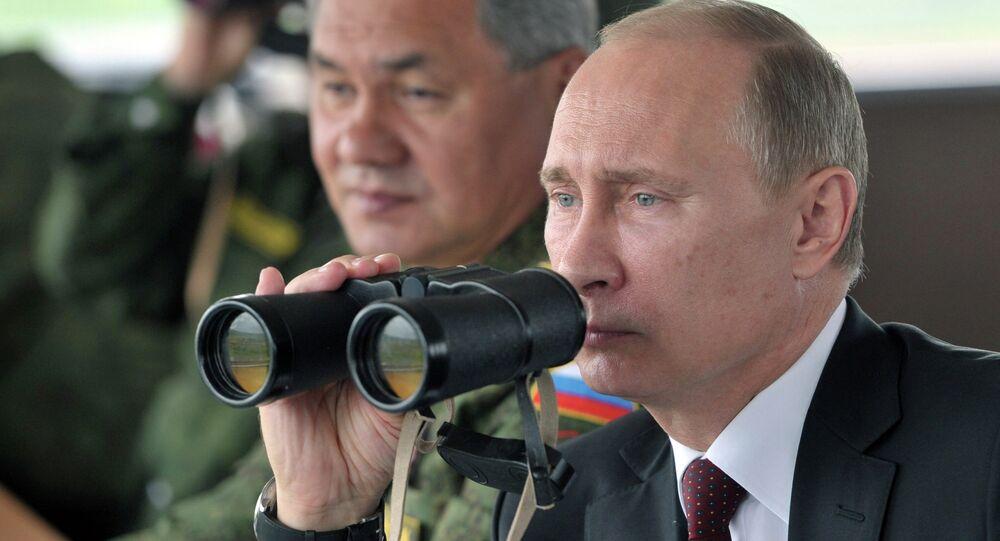 Le président russe Vladimir Poutine et le ministre de la Défense, Sergueï Choïgou observent des exercices militaires dans le district militaire de l'Est