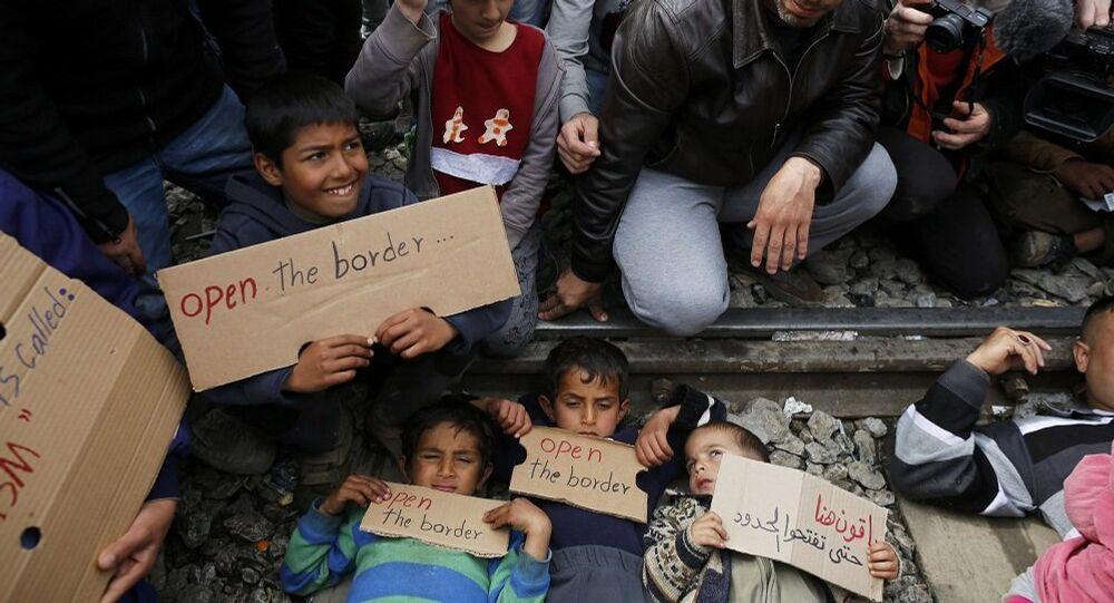 Des réfugiés bloquent une ligne de chemin de fer en signe de protestation contre la fermeture de la route des Balkans.
