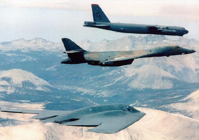 Un B-2 accompagné par un B-1B et un B-52