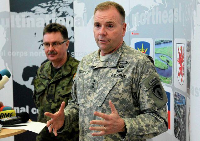 Le général américain Ben Hodges (au premier plan) en train de visiter une base de l'Otan à Szczecin (Pologne) en compagnie du général polonais Boguslaw Samol