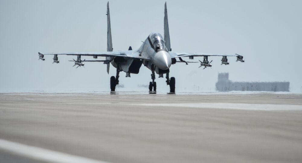Un chasseur russe Sukhoi Su-30 SM s'apprête à décoller de la base aérienne de Hmeimim, en Syrie