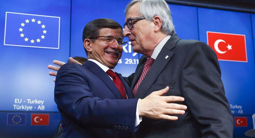 Le président de la Commission européenne Jean-Claude Juncker et le premier ministre turc Ahmet Davutoglu