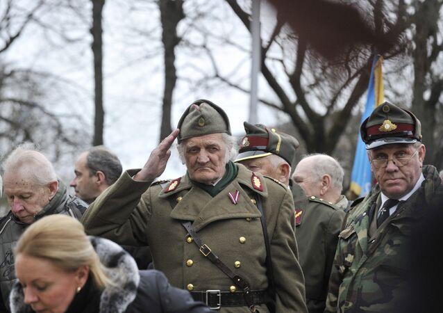 Un défilé des anciens soldats lettons de la Waffen SS