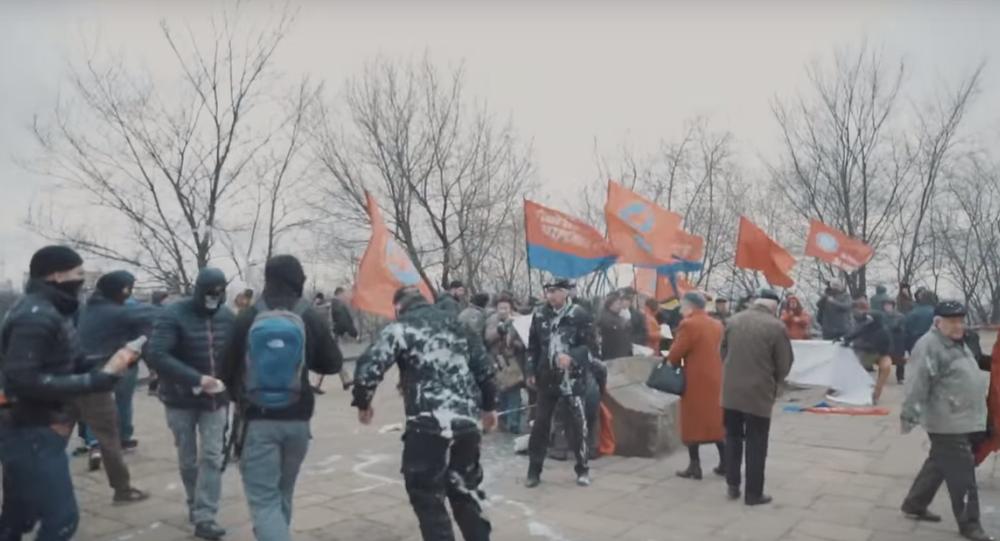 Les militants du Corps civil Azov dispersent une manifestation à Kiev