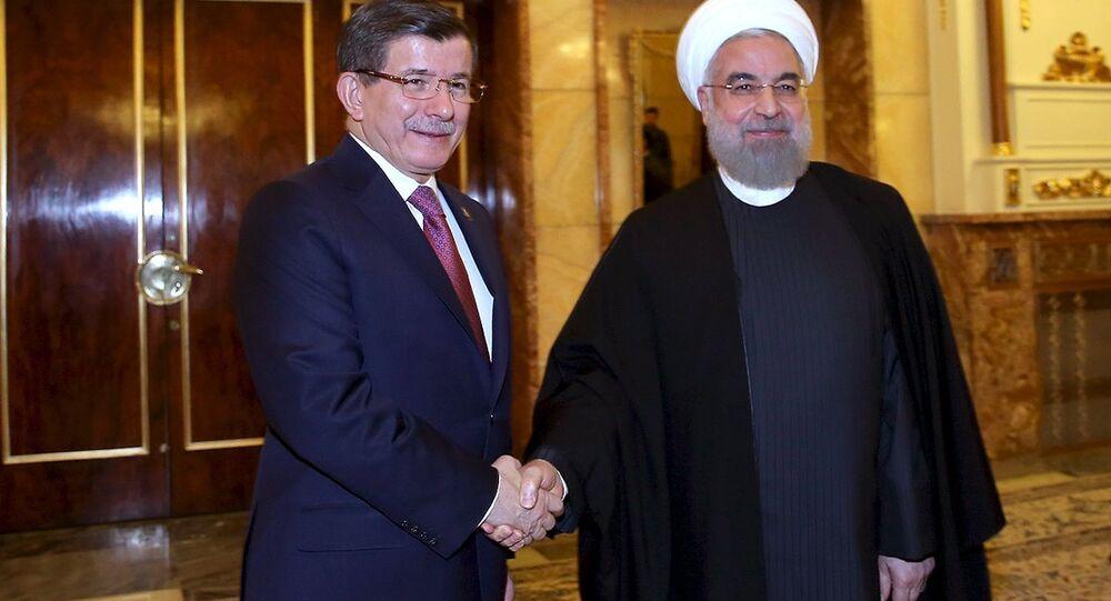 Le président iranien Hassan Rohani et le premier ministre turc Ahmet Davutoglu