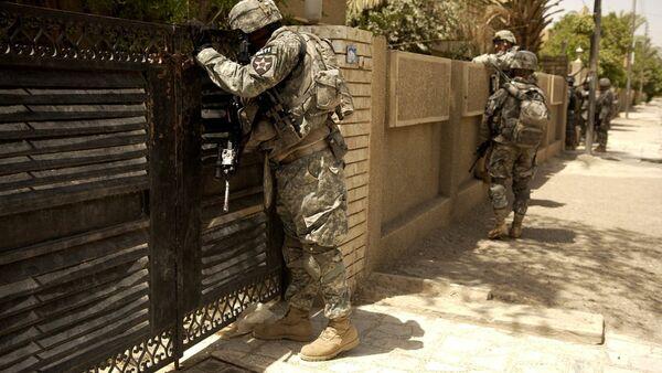 Les soldats américains regardent dans la cour d'une maison. Irak - Sputnik France