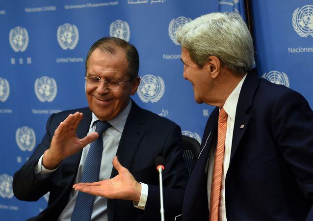 Le ministre russe des Affaires étrangères Sergueï Lavrov et son homologue John Kerry