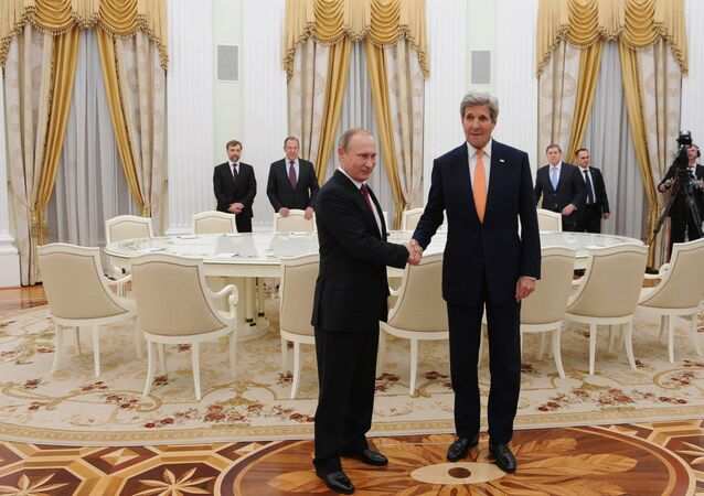 Vladimir Poutine accueille John Kerry au Kremlin