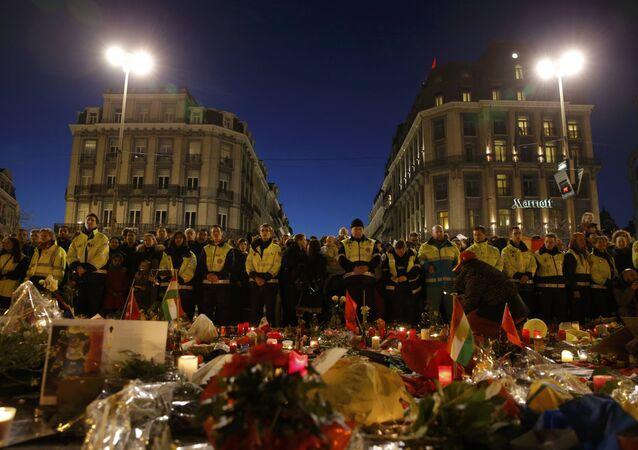 Les sauveteurs en gilets jaunes se rassemblent à la place de la Bourse pour rendre hommage aux victimes des attentats de mardi à Bruxelles, Belgique, le 25 Mars, 2016.