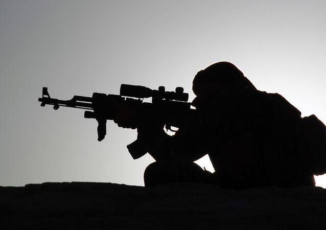 Un homme armé. Image d'illustration