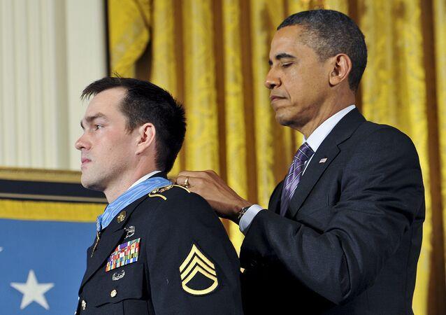 Barak Obama décore un soldat américain de la médaille