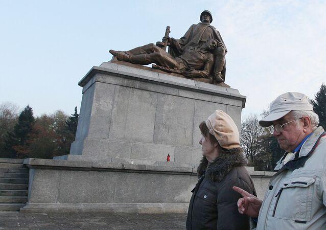 La Pologne annonce le démantèlement de 500 monuments soviétiques