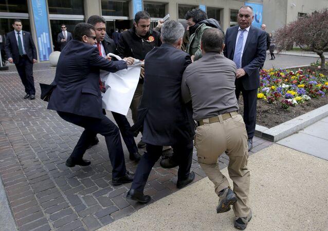 Eéchauffourées devant les bâtiments de la Brookings Institution à Washington