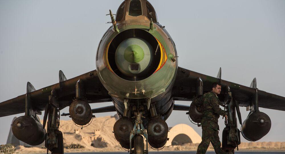 L'avion militaire Su-22 de l'armée de l'air syrienne sur la base aérienne à Homs