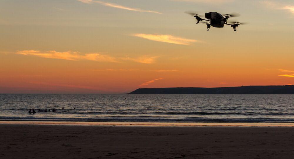 Un drone survolant la mer