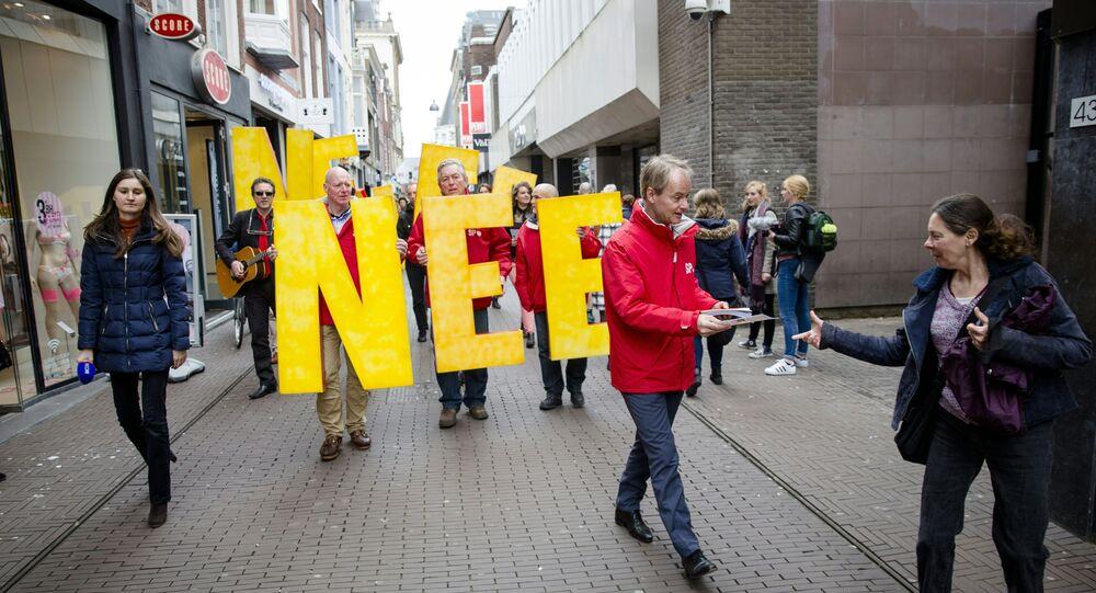 Les manifestants appellent à un vote «NON» dans le prochain UE-Ukraine référendum de mercredi